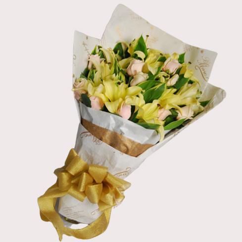 【巧繪網—傳情花束花禮】FLR550103綻放歡沁‧黃百合5支‧粉or白玫瑰數十支‧當季葉材